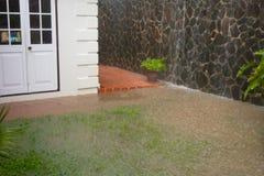 Un patio en el del Caribe que es inundado durante la estación de lluvias Foto de archivo