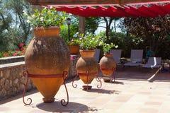 Un patio hermoso con las plantas de tiesto Fotos de archivo libres de regalías