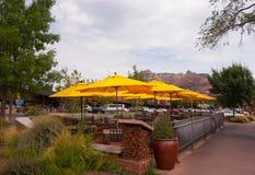 Un patio que da la bienvenida delante de un negocio en América al sudoeste Foto de archivo