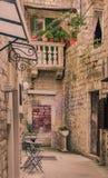 Un patio trasero en una calle estrecha en la ciudad vieja de Trogir Fotos de archivo
