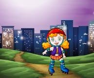 Un pattinaggio a rotelle della ragazza attraverso gli edifici alti Fotografia Stock