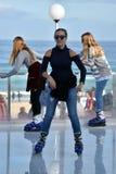 Un pattinaggio su ghiaccio della ragazza sulla pista di pattinaggio sul ghiaccio di Bondi Immagini Stock