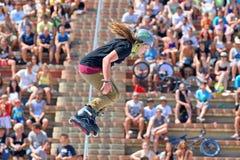 Un pattinatore professionista a pattinare in-linea salta la concorrenza agli sport di estremo di LKXA Fotografie Stock