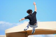 Un pattinatore professionista a pattinare in-linea salta la concorrenza ai giochi estremi di Barcellona di sport di LKXA Fotografie Stock