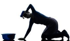 Siluetta di lavaggio stanca del pavimento di lavori domestici della domestica della donna Fotografia Stock Libera da Diritti