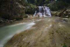 Un pavimento di roccia verso una cascata Fotografia Stock Libera da Diritti