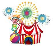 Un payaso cerca de la tienda de circo Imagen de archivo