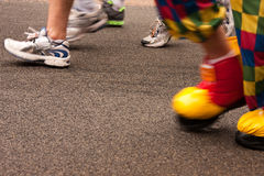 Un payaso en un maratón Foto de archivo libre de regalías