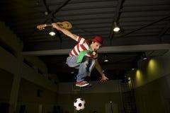 Un payaso que juega a fútbol gutar imagen de archivo