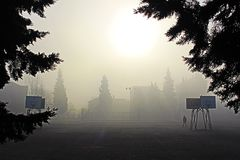 Un paysage brumeux de matin de Petrich Bulgarie photo stock