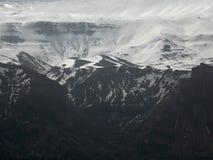 Un paysage de hautes montagnes à la fin de l'hiver Photographie stock