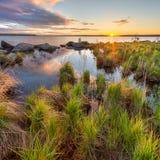 Un paysage incroyablement beau sur le lac Shartash Le soleil chaud lumineux de matin La Russie, Ural Photographie stock