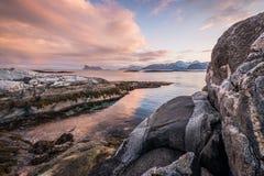 Un paysage marin scénique dans Sommaroy, Norvège Images libres de droits