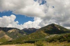 Un paysage montagneux dans le désert images libres de droits