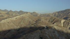 Un paysage montagneux stérile dans le désert clips vidéos