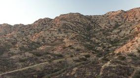 Un paysage montagneux stérile dans le désert banque de vidéos