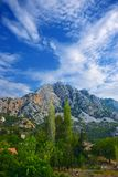 Un paysage naturel-homme-fait avec une crête à tête de trois, une forêt et une ligne de transmission électrique photo stock