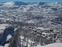 Un paysage neigeux d'un petit village Photo libre de droits