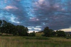 Un paysage rural le soir sur les montagnes polonaises photographie stock
