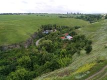 Un paysage rural pastoral avec des collines Image libre de droits