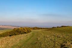 Un paysage vert du Sussex avec un ciel bleu aérien photos libres de droits