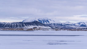 Un paysage volcanique neigeux frais Photos stock
