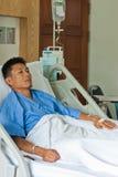 Un paziente con il dispositivo di venipunzione salino (iv) Immagine Stock Libera da Diritti