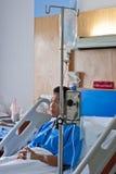 Un paziente con il dispositivo di venipunzione salino (iv) Fotografia Stock