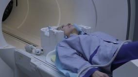 Un paziente durante lo studio di imaging a risonanza magnetica archivi video