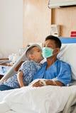 Un paziente e un figlio con il dispositivo di venipunzione salino (iv) Fotografia Stock Libera da Diritti