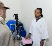 Un paziente nella stanza dell'esame Immagine Stock