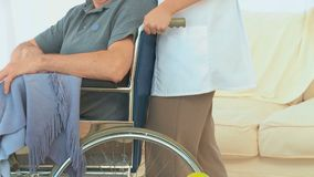 Un paziente su una sedia a rotelle video d archivio