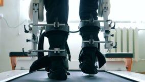 Un paziente utilizza l'apparecchio medico per imparare come camminare solo 4K video d archivio