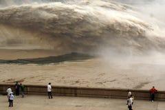 Un pe artificiale dell'inondazione della presa della diga Immagini Stock