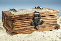 Un pecho de madera en la playa Fotos de archivo libres de regalías