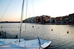 Un pedazo de un barco en el extremo del puerto que pasa por alto la ciudad fotografía de archivo libre de regalías