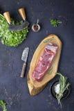 Un pedazo de carne de vaca cruda fresca Fotografía de archivo
