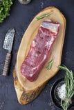 Un pedazo de carne de vaca cruda fresca Imágenes de archivo libres de regalías