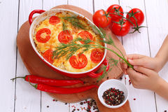 Un pedazo de cazuelas con la carne picadita, las verduras y el queso Fotos de archivo
