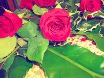 Un pedazo de centro hecho con las rosas rojas Fotos de archivo libres de regalías