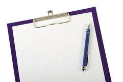 Un pedazo de documento en blanco y de pluma sobre el primer del tablero foto de archivo libre de regalías