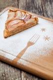 Un pedazo de empanada de manzana cortada con canela en textura de madera del fondo del vintage Fotografía de archivo