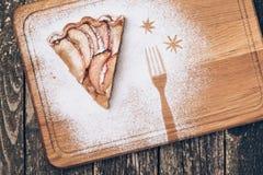 Un pedazo de empanada de manzana cortada con canela en textura de madera del fondo del vintage Visión superior Fotografía de archivo