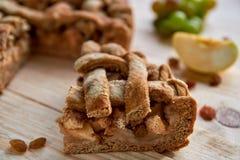 Un pedazo de empanada de manzana americana hecha en casa en la tabla de madera marrón Tarta clásica hecha en casa de la fruta con Foto de archivo libre de regalías