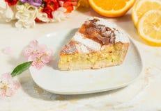 Un pedazo de empanada napolitana de pascua asperjada con el azúcar de formación de hielo y adornada con el flor de la almendra, l Fotografía de archivo libre de regalías