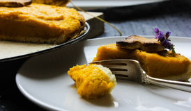 Un pedazo de la empanada americana con la calabaza Día de la acción de gracias Torta del otoño Imagen de archivo
