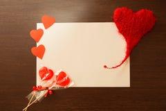 Un pedazo de Libro Blanco que miente en un fondo de madera oscuro Fotos de archivo libres de regalías