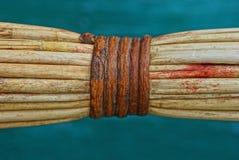 Un pedazo de manija marrón de la escoba hecha de barras de madera finas imagenes de archivo