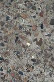 Un pedazo de muro de cemento con los guijarros Imagenes de archivo