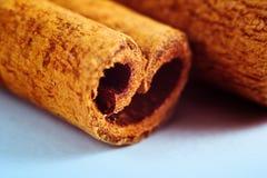 Un pedazo de palillos de canela Primer Macro Brown y colores azules Imagen saturada y colorida Ingredientes para el vino reflexio fotos de archivo